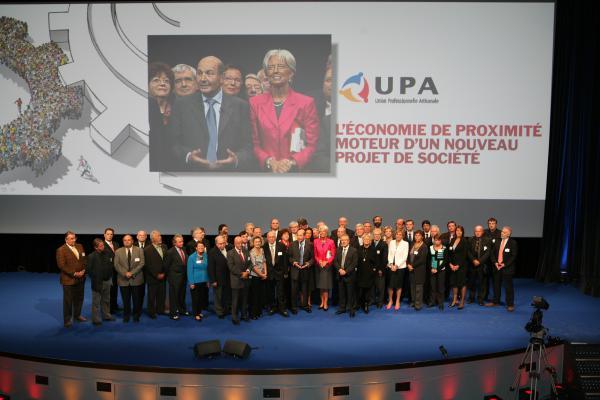 Pierre Martin, Président de l'UPA, et Christine Lagarde, ministre de l'Economie, de l'Industrie et de l'Emploi, entourés sur scène des représentants de l'économie de proximité.